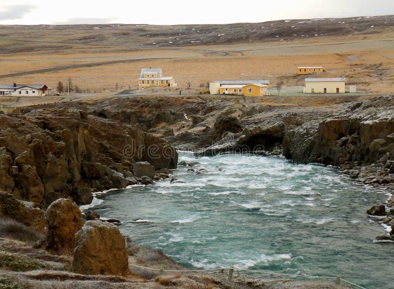 Όχθη ποταμού Skjalfandafljot στη αντίθετη πλευρά του καταρράκτη Godafoss, βόρεια περιοχή της Ισλανδίας στοκ εικόνα με δικαίωμα ελεύθερης χρήσης