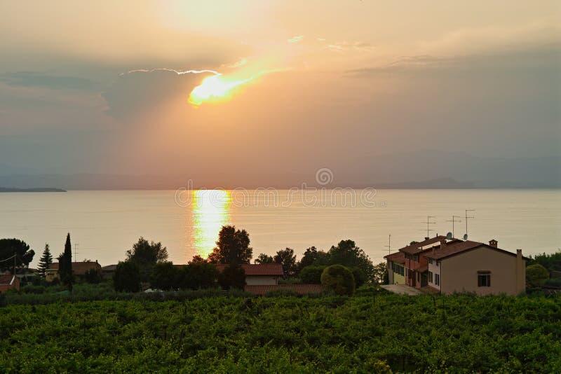 Όχθη της λίμνης που ζει στην Ιταλία με την αντανάκλαση ηλιοβασιλέματος στο νερό στοκ φωτογραφίες