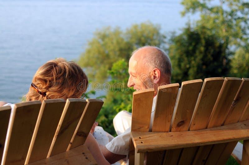 όχθη της λίμνης συνομιλία&sigma στοκ εικόνα με δικαίωμα ελεύθερης χρήσης