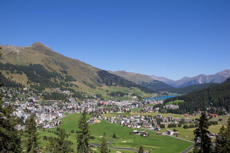 Όψη από το όρος Tallac στη λίμνη Tahoe Το Jakobshorn κάτω σε Davos & η λίμνη Davos σε Graubà ¼ στην Ελβετία το καλοκαίρι στοκ φωτογραφία με δικαίωμα ελεύθερης χρήσης