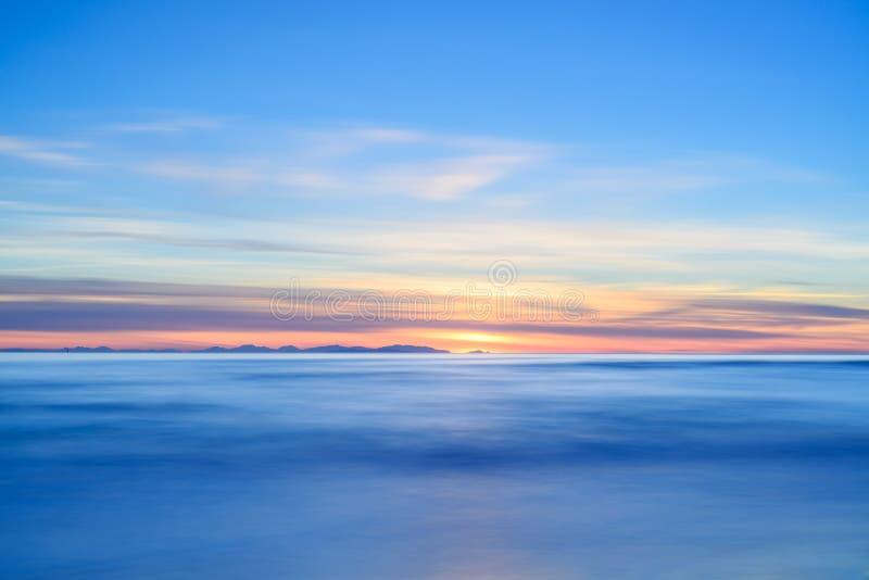Όψη ηλιοβασιλέματος της Κορσικής ή νησιών της Κορσικής από την ιταλική ακτή παραλιών. στοκ φωτογραφίες με δικαίωμα ελεύθερης χρήσης
