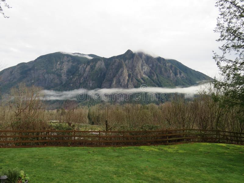 όψη Ουάσιγκτον ΑΜ Si με τα σύννεφα από Snoqualmie, ΟΥΆΣΙΓΚΤΟΝ στοκ φωτογραφία