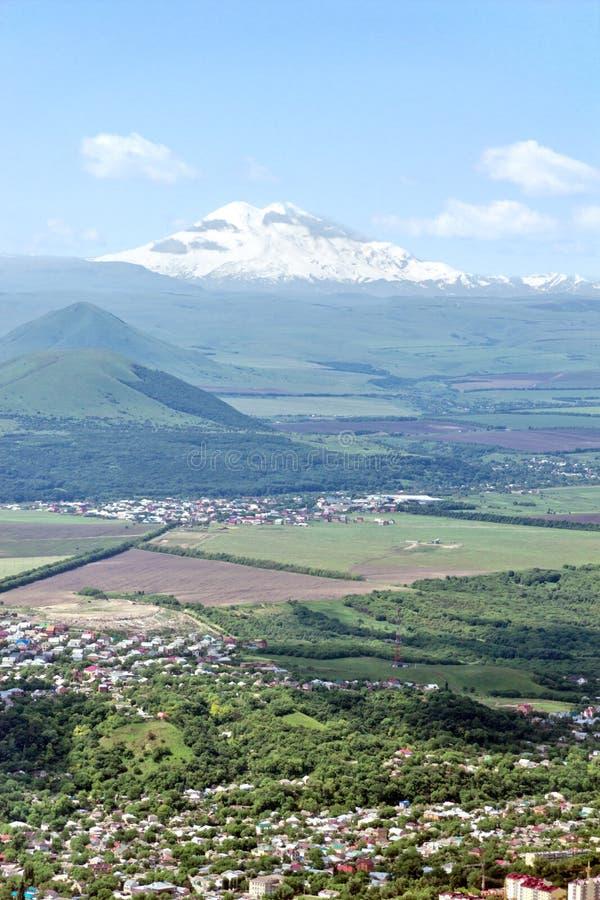 Όψη σχετικά με Elbrus. στοκ φωτογραφία