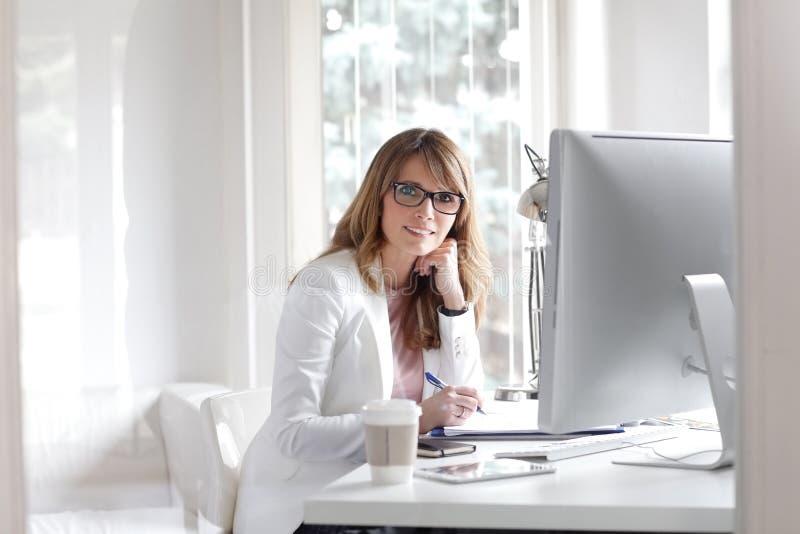 όλες οι πρότυπες εικόνες γραφείων επιχειρηματιών παρακαλώ εμφανίζουν την εργασία στοκ εικόνα με δικαίωμα ελεύθερης χρήσης