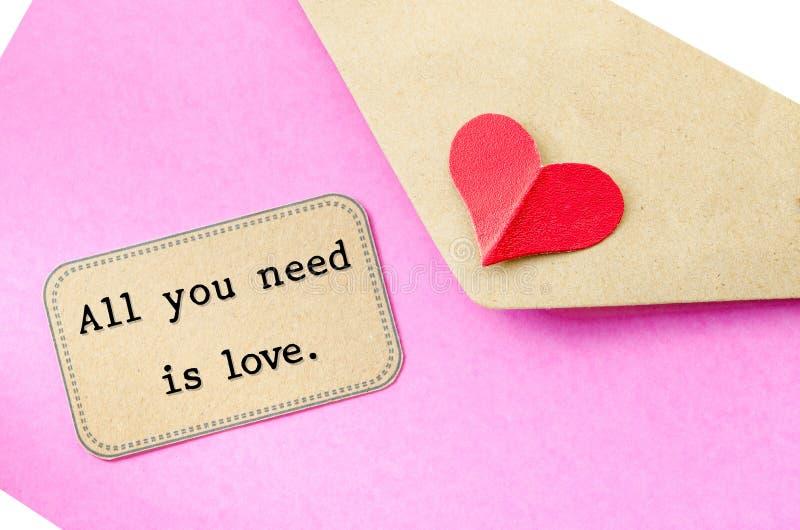 όλη η αγάπη σας χρειάζεται αγάπη επιστολών καρδιών φακέλων στοκ φωτογραφία με δικαίωμα ελεύθερης χρήσης