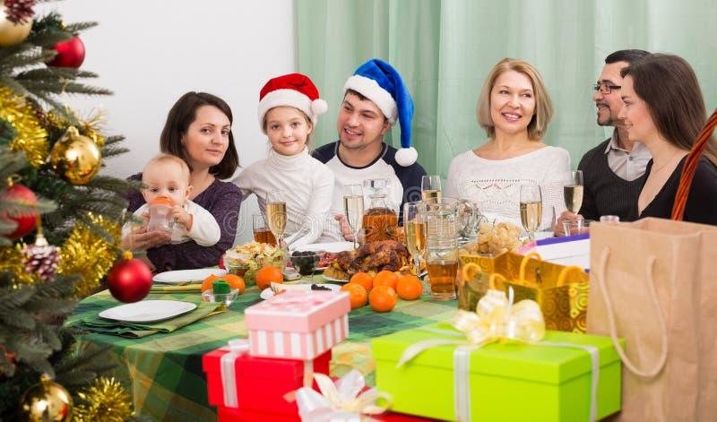 Όλη η οικογένεια που γιορτάζει μαζί τα Χριστούγεννα στοκ φωτογραφία