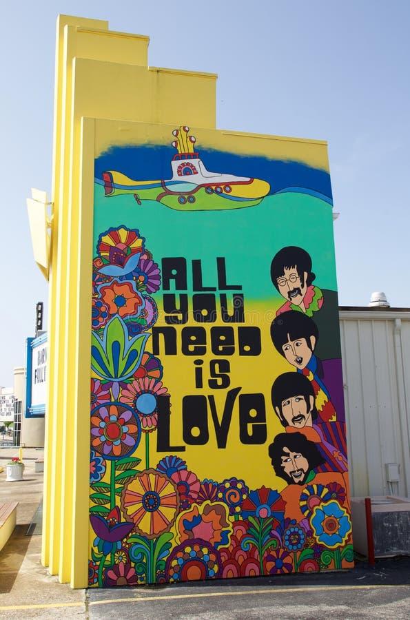 Όλη που χρειάζεστε είναι αγάπη με τη ζωγραφική Beatles στοκ εικόνες