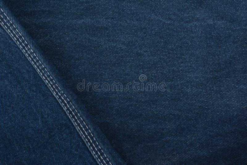 όλο το ύφασμα τζιν υφασμάτων διπλώνει τη ρεαλιστική μικρή σύσταση σκοπών προτύπων Πυκνός ιστός textiles Υπόβαθρο Σκούρο μπλε φυσι στοκ φωτογραφία