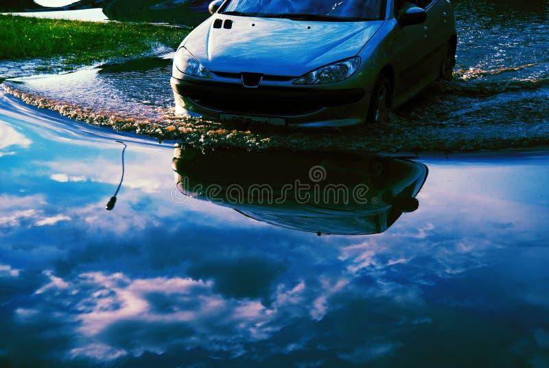 ύδατα καταναγκασμού πλημμυρών αυτοκινήτων στοκ φωτογραφία με δικαίωμα ελεύθερης χρήσης