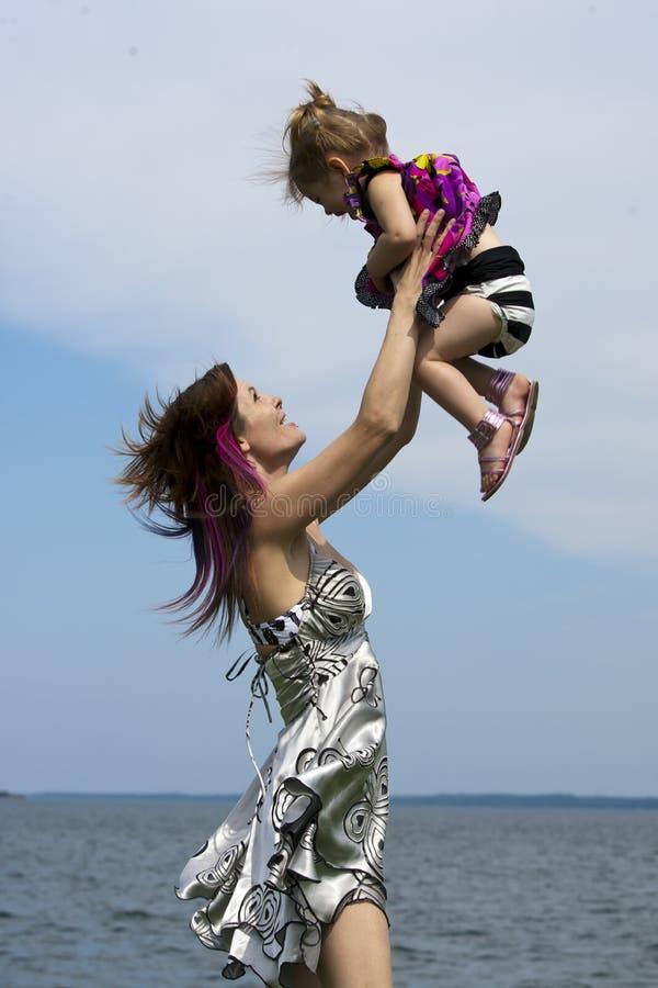 ύδωρ κορών mom στοκ εικόνα