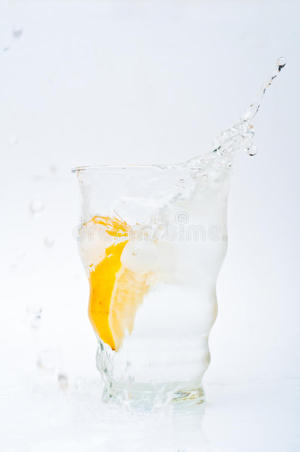 Download ύδωρ λεμονιών γυαλιού στοκ εικόνες. εικόνα από ποτό, εσπεριδοειδή - 13186804