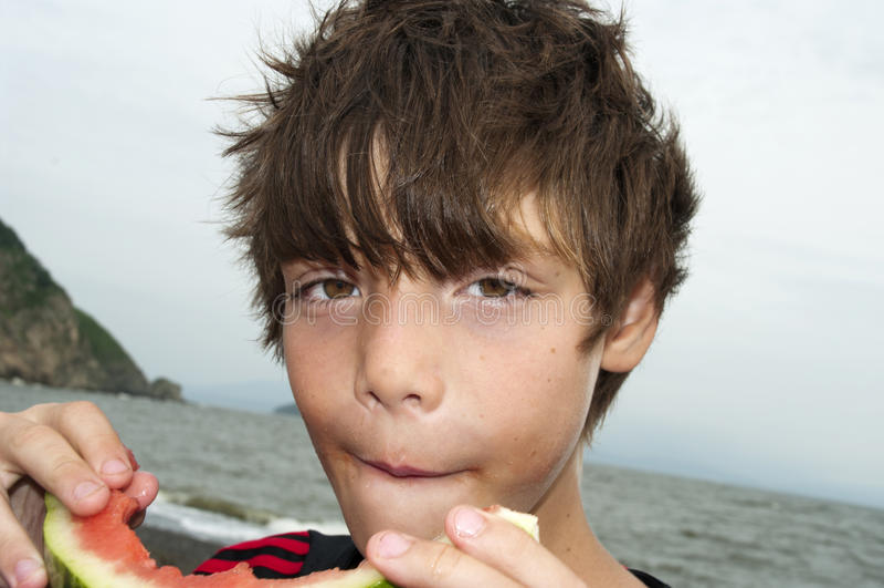 ύδωρ πεπονιών αγοριών στοκ φωτογραφίες με δικαίωμα ελεύθερης χρήσης