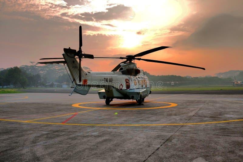 δύναμη αετών διακριτικών αεροσκαφών αέρα που κρατά το στρατιωτικό ξίφος ασπίδων στοκ φωτογραφία