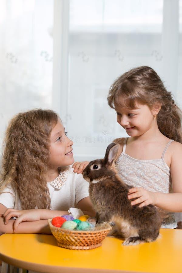 δύο αδελφές που παίζουν με το λαγουδάκι Πάσχας στοκ εικόνα με δικαίωμα ελεύθερης χρήσης