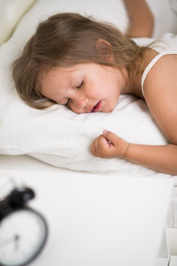 Ύπνοι κοριτσιών στο κρεβάτι στοκ φωτογραφίες