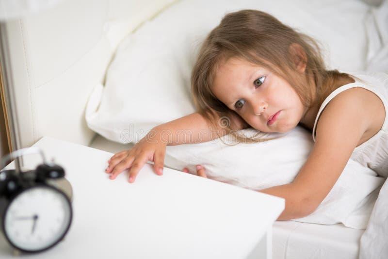 Ύπνοι κοριτσιών στο κρεβάτι στοκ εικόνες