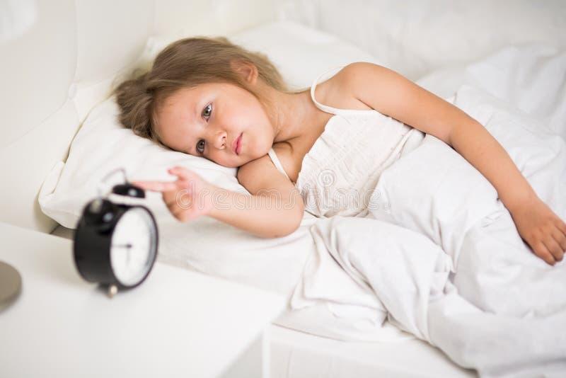 Ύπνοι κοριτσιών στο κρεβάτι στοκ εικόνα με δικαίωμα ελεύθερης χρήσης