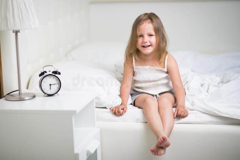 Ύπνοι κοριτσιών στο κρεβάτι στοκ φωτογραφίες με δικαίωμα ελεύθερης χρήσης