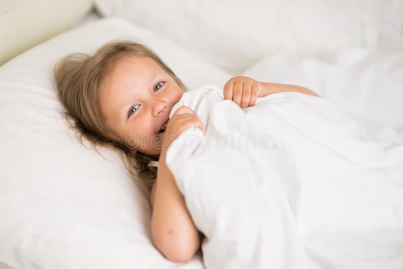 Ύπνοι κοριτσιών στο κρεβάτι στοκ φωτογραφία με δικαίωμα ελεύθερης χρήσης