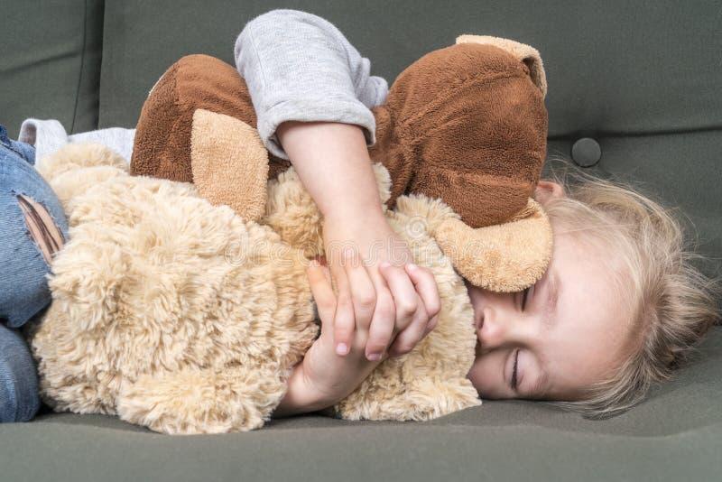Ύπνοι παιδιών με τα μαλακά παιχνίδια στοκ φωτογραφίες