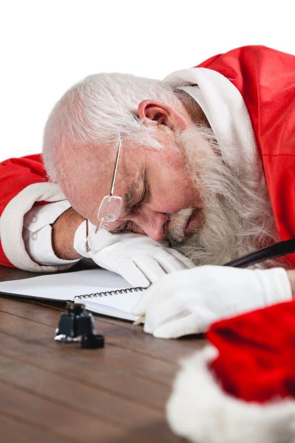 Ύπνος Άγιου Βασίλη στο γραφείο γράφοντας μια επιστολή με ένα καλάμι στοκ φωτογραφίες με δικαίωμα ελεύθερης χρήσης