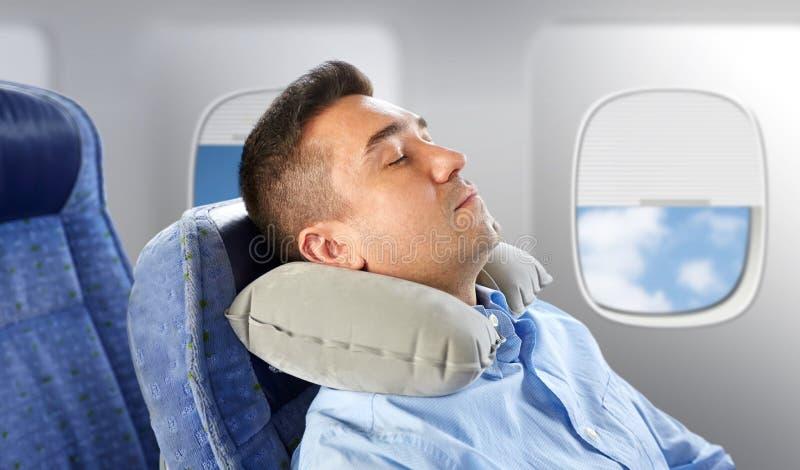 Ύπνος ατόμων στο αεροπλάνο με το αυχενικό μαξιλάρι λαιμών στοκ εικόνες με δικαίωμα ελεύθερης χρήσης