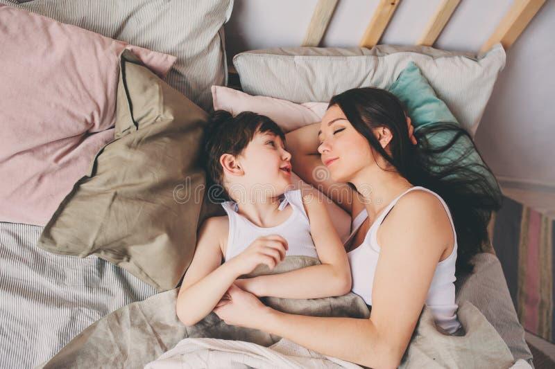 Ύπνος γιων μητέρων και παιδιών μαζί στο κρεβάτι, που ξυπνά το πρωί στοκ φωτογραφίες