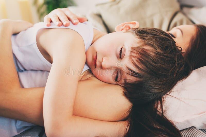 Ύπνος γιων μητέρων και παιδιών μαζί στο κρεβάτι, που ξυπνά το πρωί στοκ εικόνες με δικαίωμα ελεύθερης χρήσης