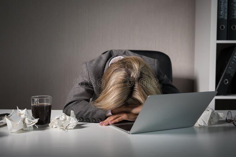 Ύπνος γυναικών μπροστά από τον υπολογιστή στην αρχή στοκ φωτογραφίες με δικαίωμα ελεύθερης χρήσης