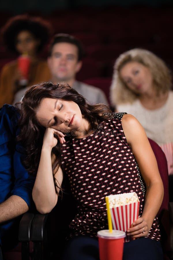 Ύπνος γυναικών στο θέατρο στοκ εικόνα με δικαίωμα ελεύθερης χρήσης