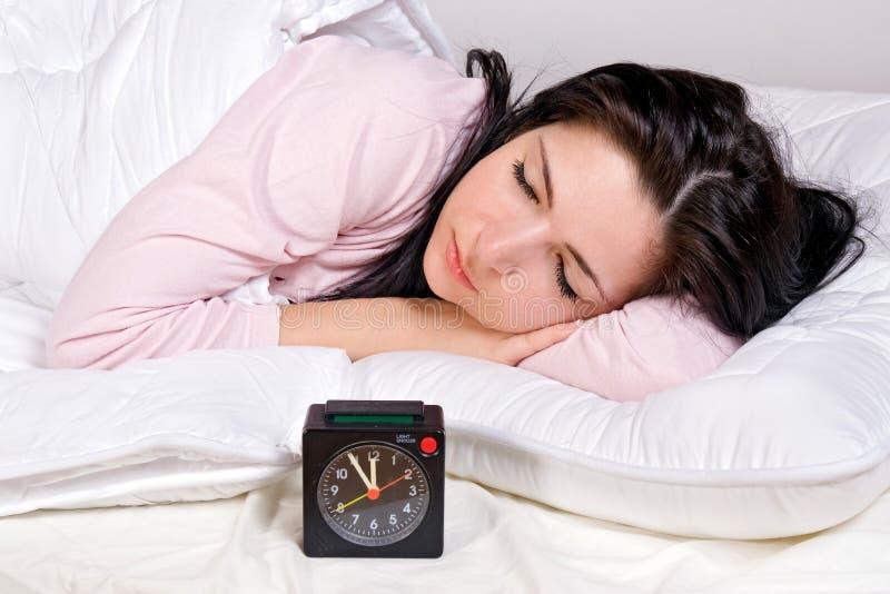 Ύπνος γυναικών στο κρεβάτι στοκ φωτογραφίες με δικαίωμα ελεύθερης χρήσης