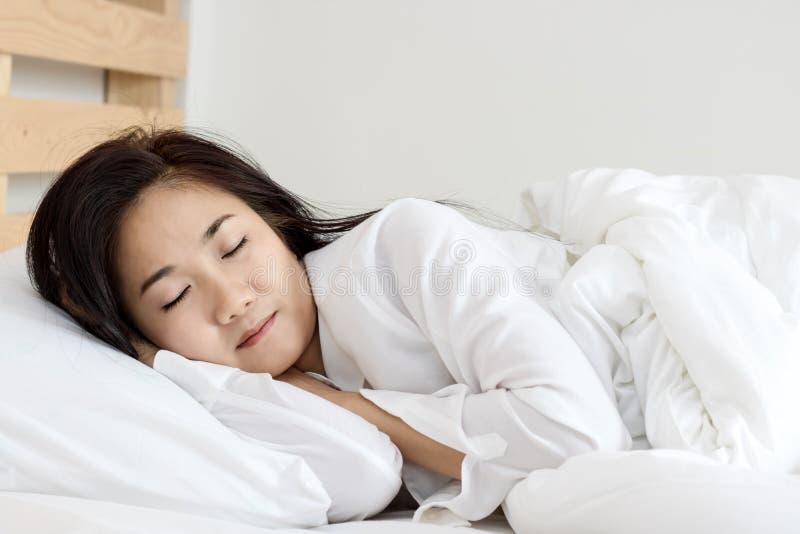 Ύπνος γυναικών στο κρεβάτι στοκ εικόνα με δικαίωμα ελεύθερης χρήσης
