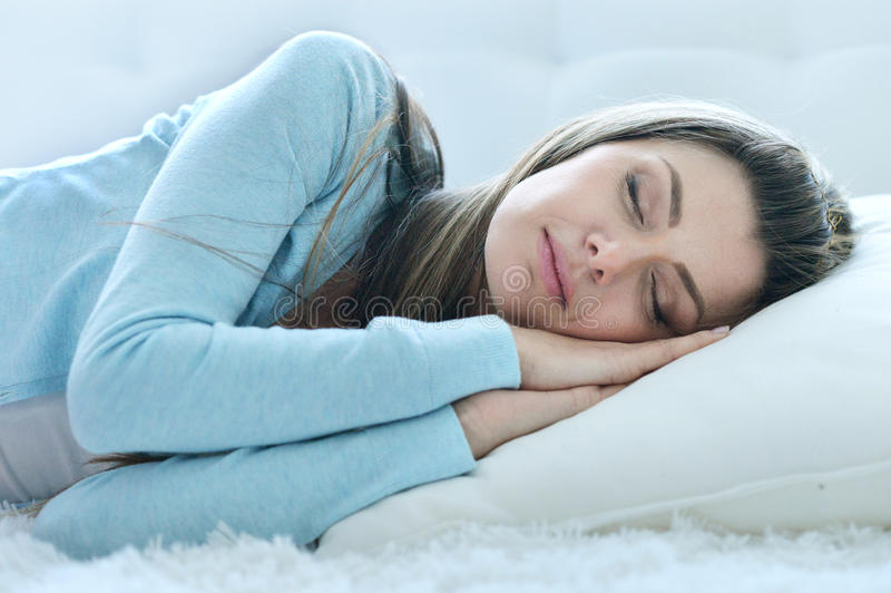 Ύπνος γυναικών στο μαξιλάρι στοκ εικόνα