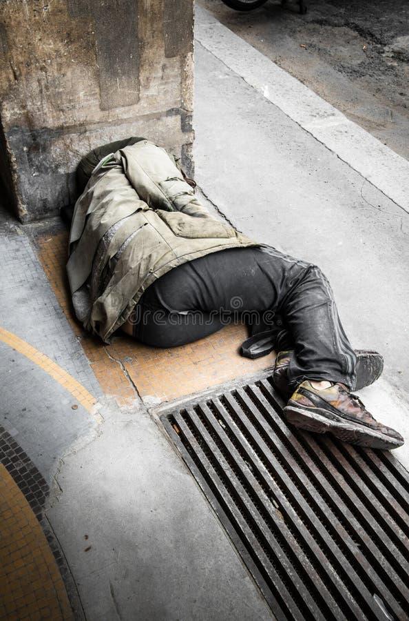 Ύπνος επαιτών στο έδαφος στοκ φωτογραφία