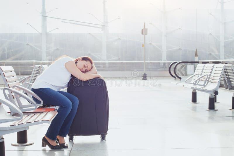 Ύπνος επιβατών γυναικών στον αερολιμένα στοκ εικόνα