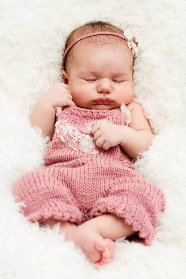 Ύπνος και διεύρυνση λίγος κοριτσάκι στοκ εικόνες