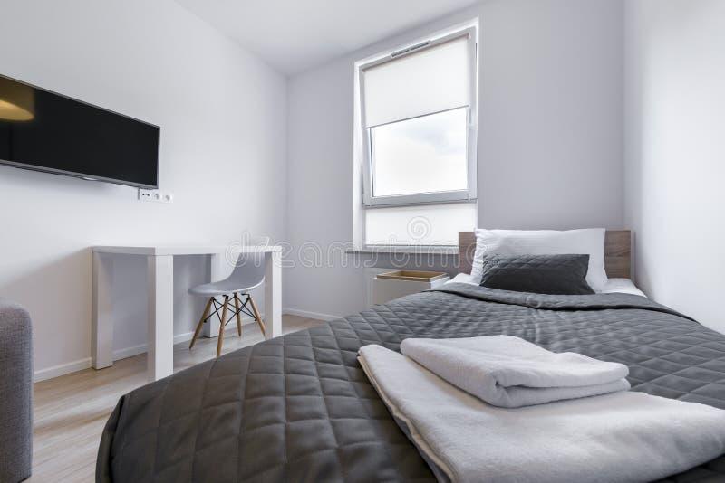 Ύπνος κακός στο μικρό, οικονομικό σύγχρονο δωμάτιο στοκ φωτογραφία με δικαίωμα ελεύθερης χρήσης