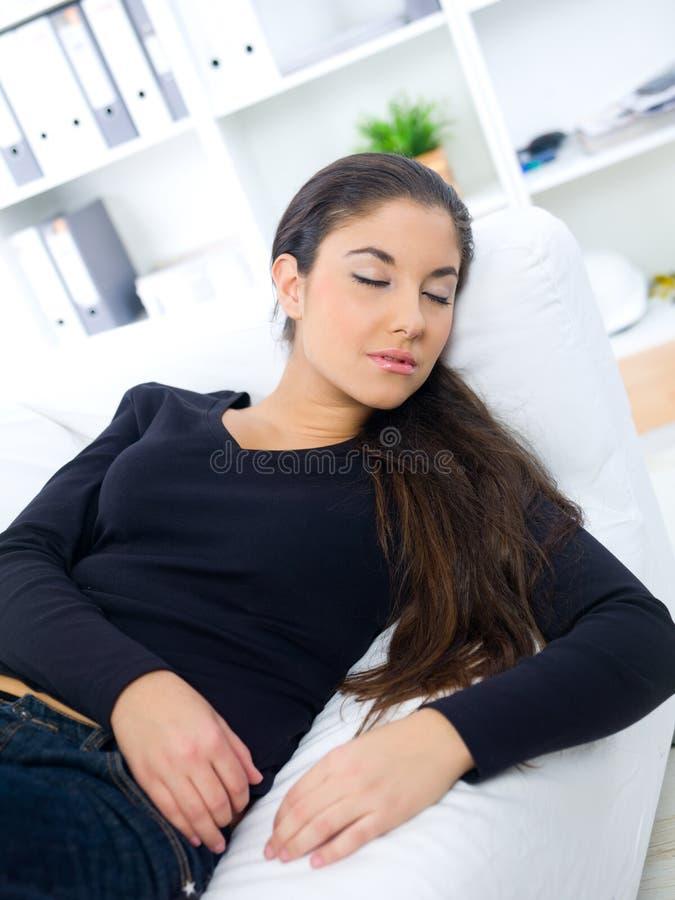ύπνος καναπέδων στοκ φωτογραφίες με δικαίωμα ελεύθερης χρήσης