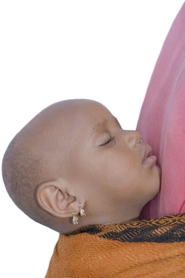 Ύπνος κοριτσάκι στα mother's της πίσω (δύο χρονών), απομονωμένος στοκ εικόνες