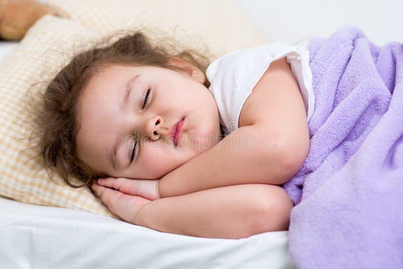 Ύπνος κοριτσιών παιδιών στοκ εικόνα με δικαίωμα ελεύθερης χρήσης