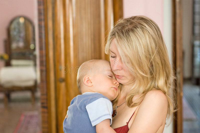 ύπνος μητέρων εκμετάλλευσης μωρών στοκ εικόνες