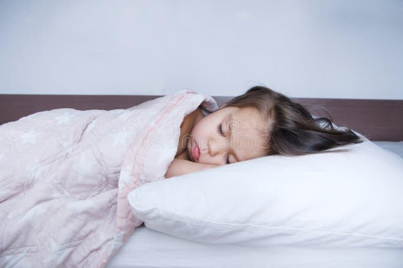 Ύπνος μικρών κοριτσιών που βρίσκεται στο κρεβάτι πρόγραμμα ύπνου στον εσωτερικό τρόπο ζωής παιδί χαριτωμένο στοκ φωτογραφία με δικαίωμα ελεύθερης χρήσης