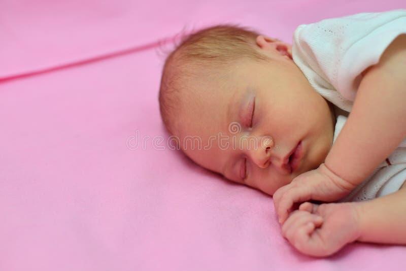 Ύπνος μωρών στο κρεβάτι με το υπόβαθρο μεταλλικού θόρυβου στοκ εικόνα