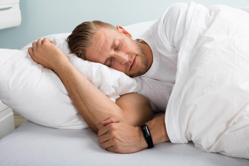 Ύπνος νεαρών άνδρων στο κρεβάτι στοκ φωτογραφία