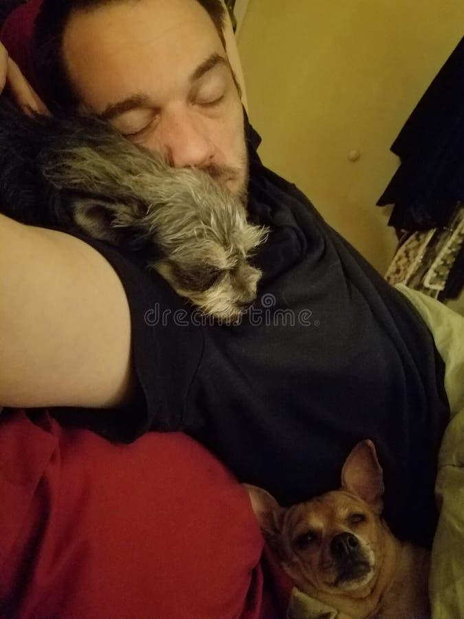 Ύπνος συζύγων με τα μωρά του στοκ εικόνα