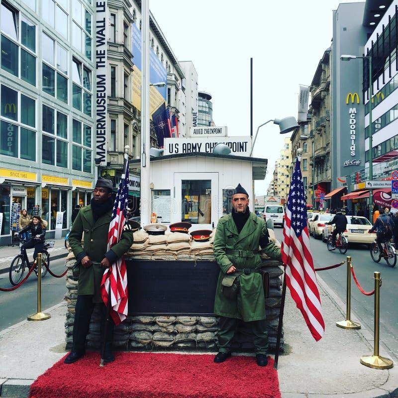 δύση θέσεων σημαδιών της ανατολικής πρώην Γερμανίας σημείων ελέγχου του Τσάρλυ συνόρων του Βερολίνου στοκ φωτογραφία με δικαίωμα ελεύθερης χρήσης