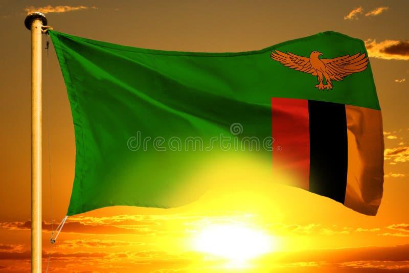 Ύφανση σημαιών της Ζάμπια στο όμορφο πορτοκαλί ηλιοβασίλεμα με το υπόβαθρο σύννεφων στοκ φωτογραφία