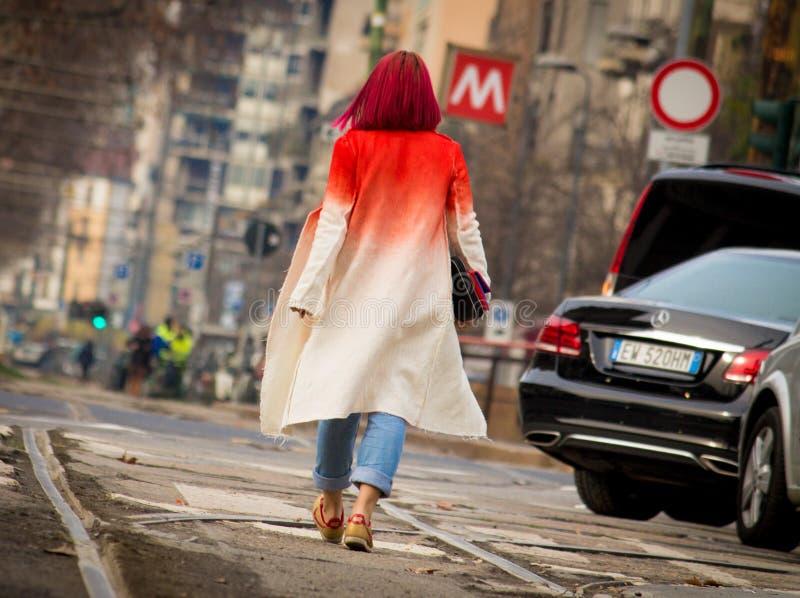 Ύφος οδών κατά τη διάρκεια της εβδομάδας μόδας του Μιλάνου για την πτώση/το χειμώνα του 2015-16 στοκ φωτογραφίες