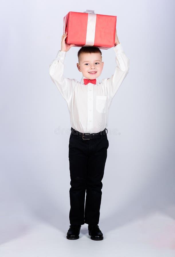 Ύφος σμόκιν E r E Επόμενη μέρα των Χριστουγέννων Νέο έτος μικρό παιδί με το δώρο ημέρας βαλεντίνων στοκ φωτογραφία με δικαίωμα ελεύθερης χρήσης