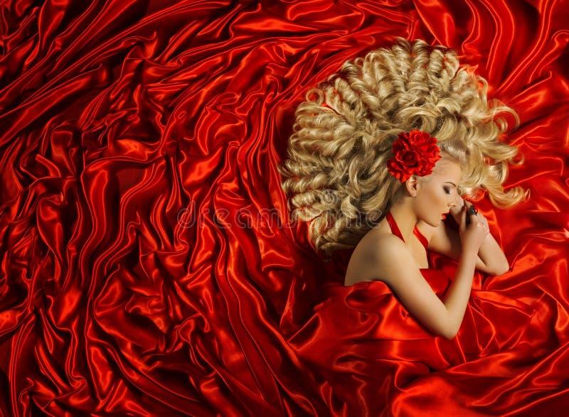 Ύφος τρίχας, γυναίκα σγουρό Hairstyle, πρότυπη τρίχα μπουκλών μόδας, κόκκινη στοκ εικόνες